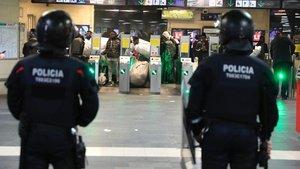Los Mossos desalojan a los manteros en el vestíbulo de Renfe en plaza de Catalunya, el pasado 10 de enero.