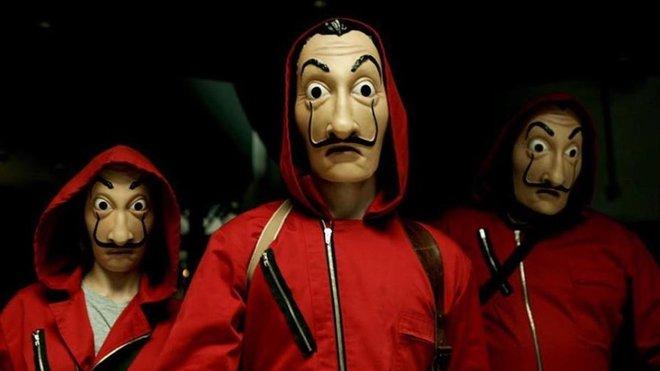 Atracadores de la serie La casa de papel, con máscaras inspiradas en el bigote de Dalí.