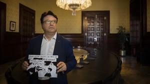 Joan Josep Nuet, miembro de la Mesa del Parlament, con una caricatura sobre su imputación.