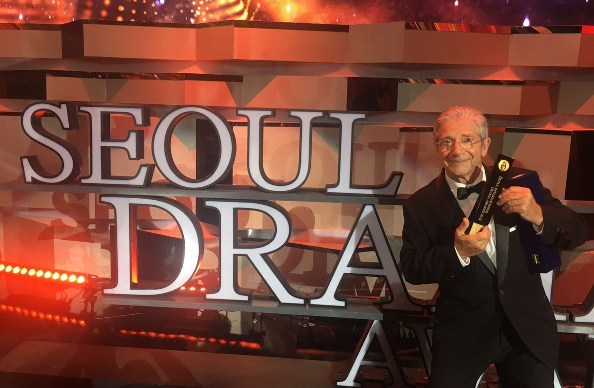 Joan Pera con el premio Seoul Drama Awards a mejor actor.