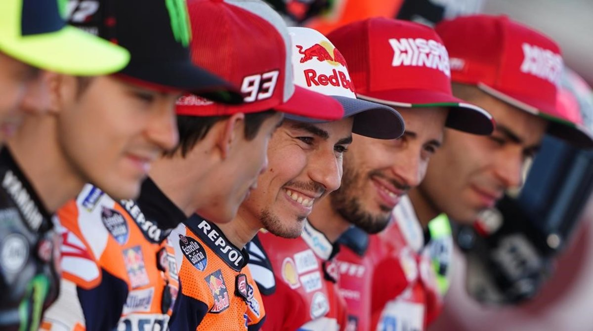 Jorge Lorenzo, entre Marc Márquez y Andrea Dovizioso, en la presentación del Mundial, en Catar.