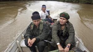 Dos guerrilleras de las FARC desplazandose por uno de los ríos de la region del Caqueta