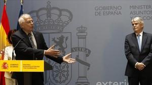El ministro de Asuntos Exteriores, Josep Borrell, durante su intervención tras recibir la cartera de manos de su antecesor,Alfonso Dastis, en el Palacio de Santa Cruz en Madrid.