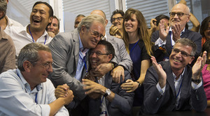 Josep Maria Bartomeu es felicitado efusivamente tras conocerse el sondeo de TV-3 nada más cerrarse las urnas.