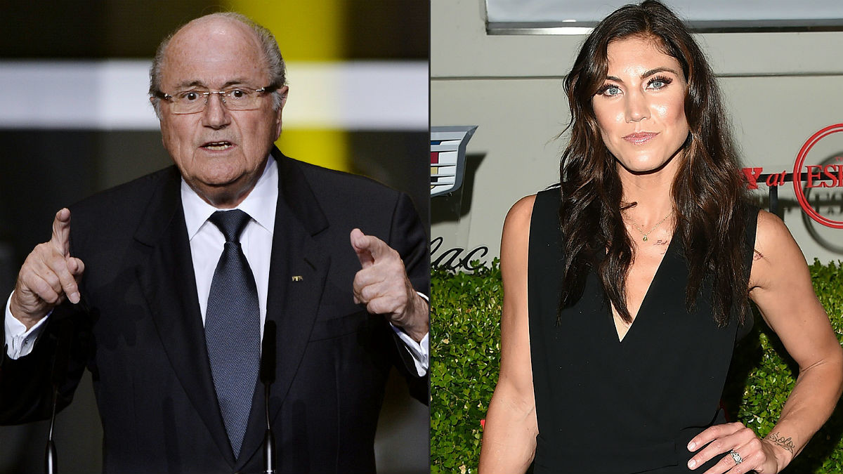 Joseph Blatter, expresidente de la FIFA, y la futbolista Hope Solo.