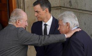 Juan Carlos saluda a Felipe González ante Pedro Sánchez, en una imagen del 2019.