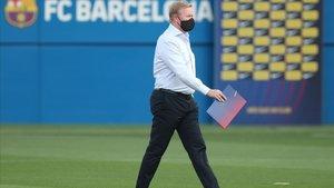 Koeman se dirige al banquillo del Estadi Johan Cruyff en el duelo ante el Girona.
