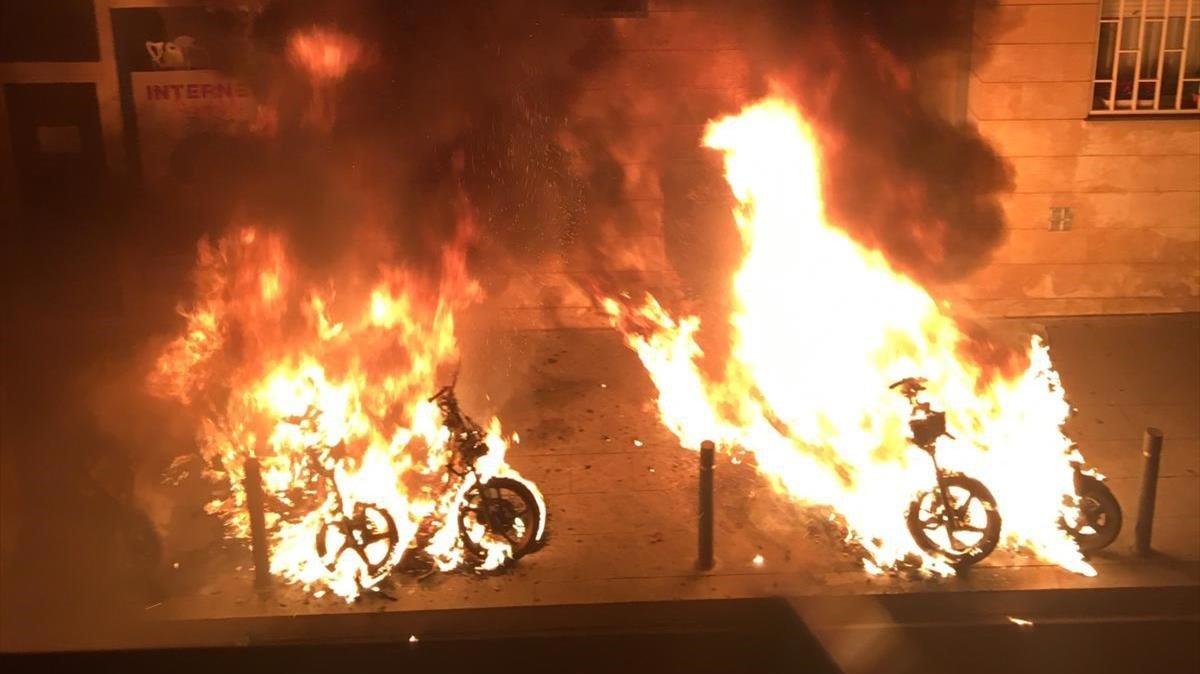 Quatre detinguts per haver cremat 20 motocicletes i dos cotxes al barri de Gràcia