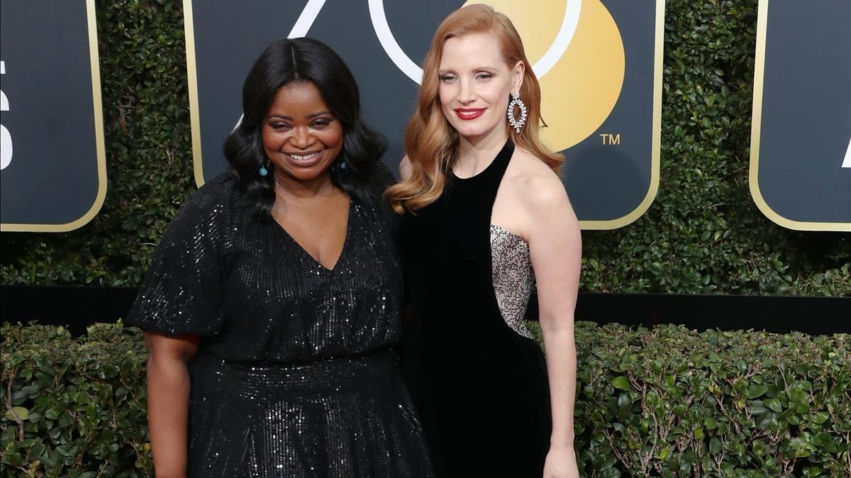 Las actrices Octavia Spencer y Jessica Chastain posan a su llegada a la 75 edición de los Globos de Oro.
