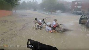 Ciclistas en el suelo tras caer por la acumulación de agua en la crono de la Volta Penedès