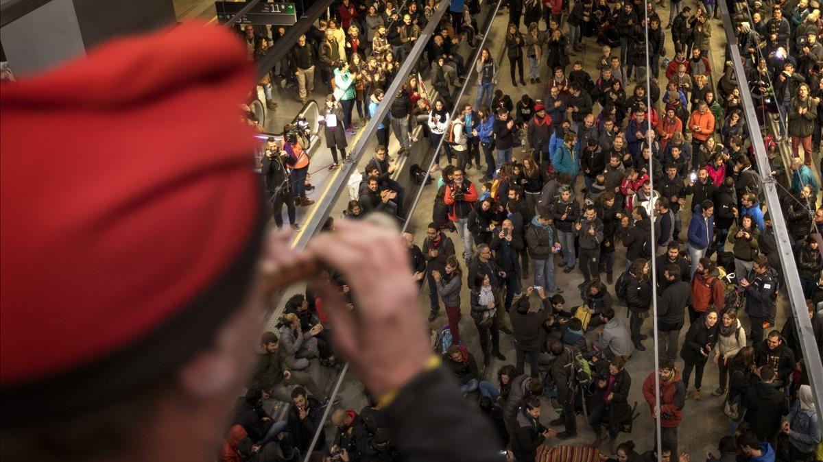 Las vías del AVE, en la estación de Girona, han sido ocupadas por los manifestantes.