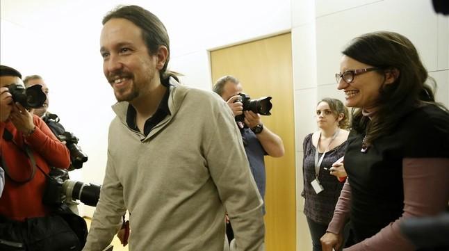 El líder de Podemos, Pablo Iglesias, junto a la jefa de Compromis, Monica Oltra, esta tarde en Congreso