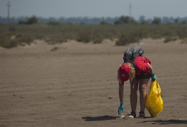 Limpieza de la playa del Serrallo dentro del paraje natural del delta del Ebro.