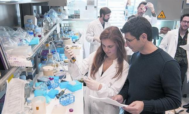 Linvestigador Luciano di Croce, al seu laboratori del Centre de Regulació Genòmica (CRG) de Barcelona.