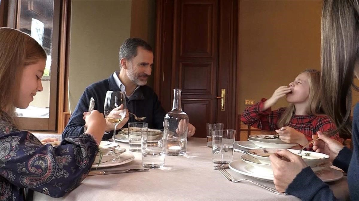 El Rey Felipe VI almorzando en familia.