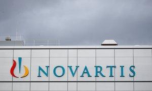 El logo de la multinacional Novartis en una planta de Suiza.