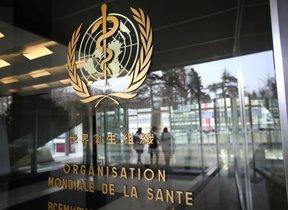 El logo de la OMS en la sede de Ginebra.