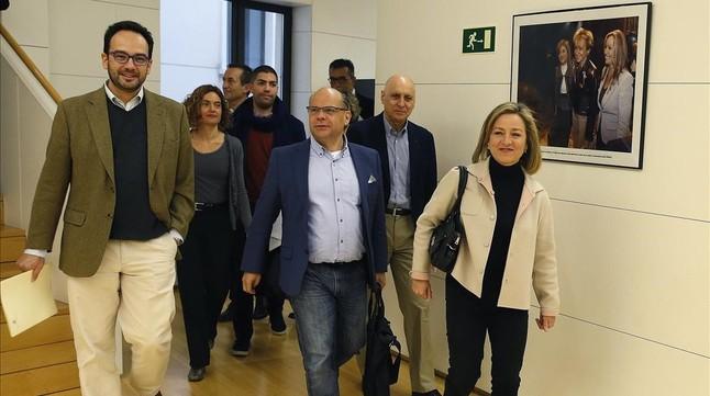 Los equipos negociadores del PSOE y Coalición Canaria, este viernes en el Congreso.
