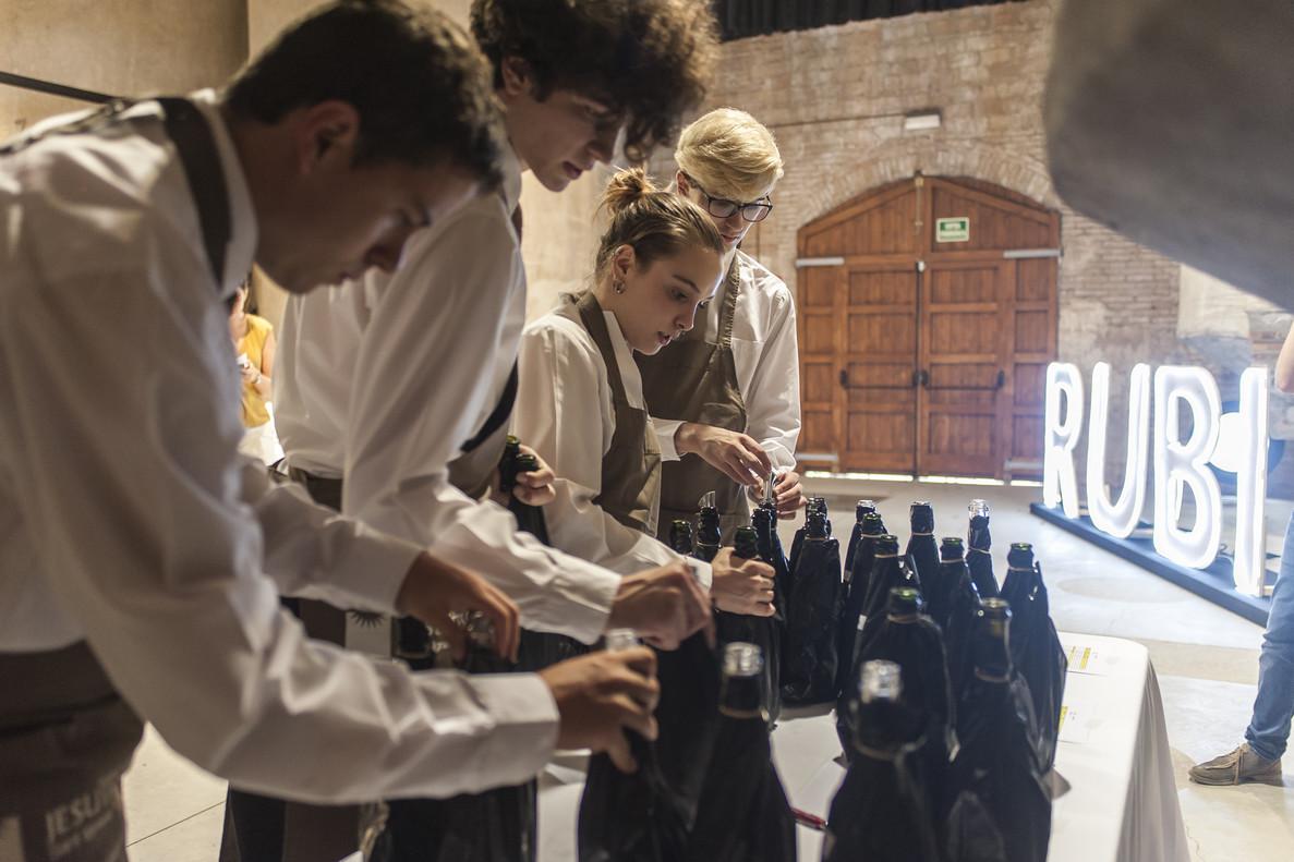 Los 25 miembros del jurado han probado a ciegas los 197 vinos finalistas de los Premis Vinari 2018