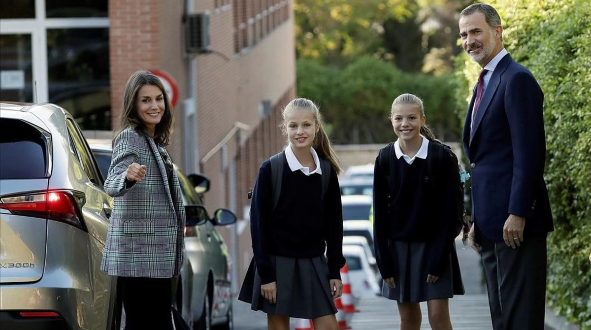 Los reyes han acompanado este miercoles a sus hijas en su primer dia de clase en el colegio privado Santa Maria de los Rosales de Madrid.
