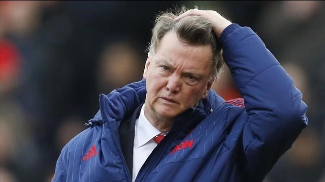 Van Gaal fracasa ante el Stoke de Bojan y se queda sin crédito