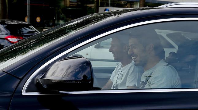 Luis Suárez acompaña en su coche a Leo Messi a la ciudad deportiva para que el delantero argentino inicie la rehabilitación, este domingo.