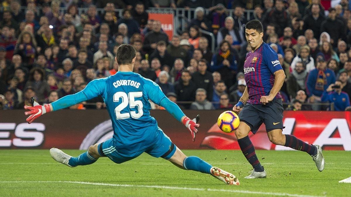 Luís Suarez,anota el tercergol de su cuenta particular superando al portero Courtois.