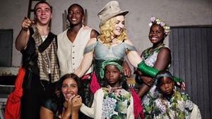 La cantante Madonna, junto a sus seis hijos, en su 59º cumpleaños.