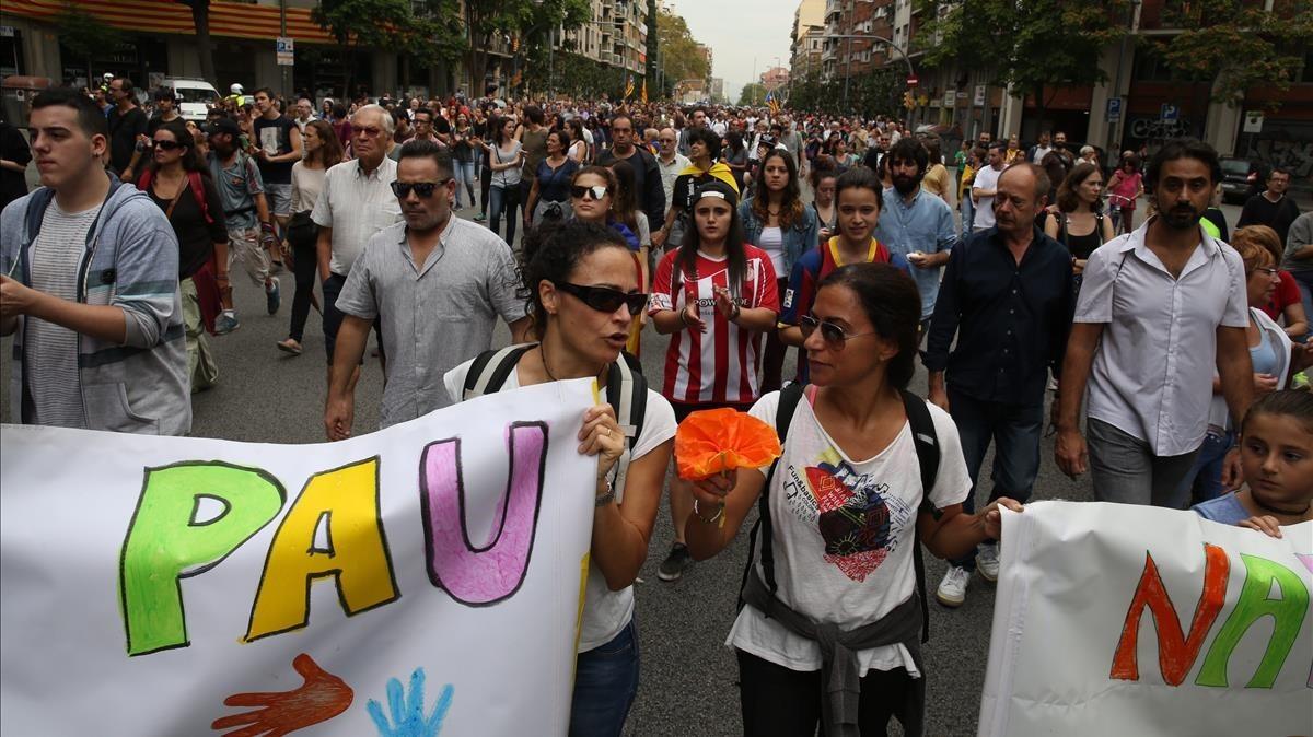 La manifestación transcurriendo por la calle Aragó.