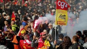 Varios sindicatos encabezados por la CGT participan en una primera jornada de huelgas contra la reforma laboral.