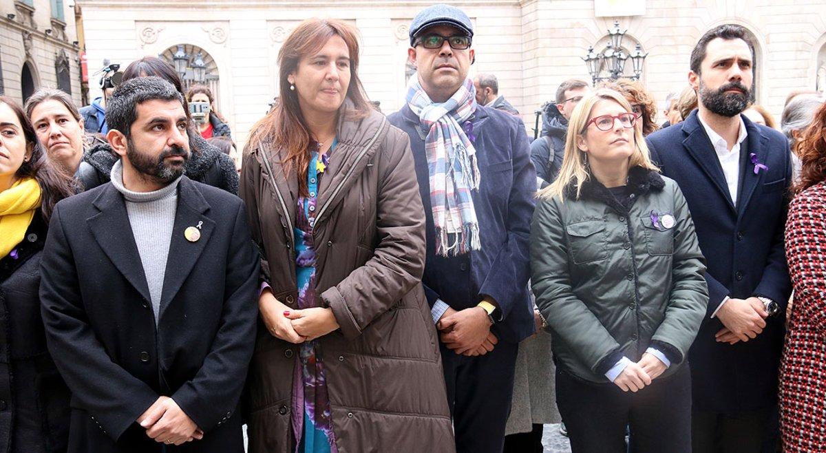 Los 'consellers' Chakir El Homrani, Laura Borràs, Miquel Buch yElsa Artadi, yel president del Parlament, Roger Torrent, en el acto institucionaldel Díaa Internacional porla Eliminación de la Violencia contra las mujeres.