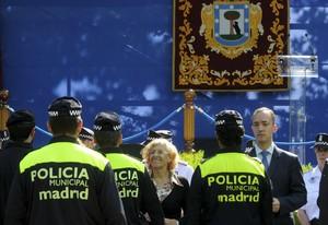 Fotografía facilitada por el Ayuntamiento de Madrid de su alcaldesa Manuela Carmena junto al secretario de Estado de Seguridad Francisco Martinez.