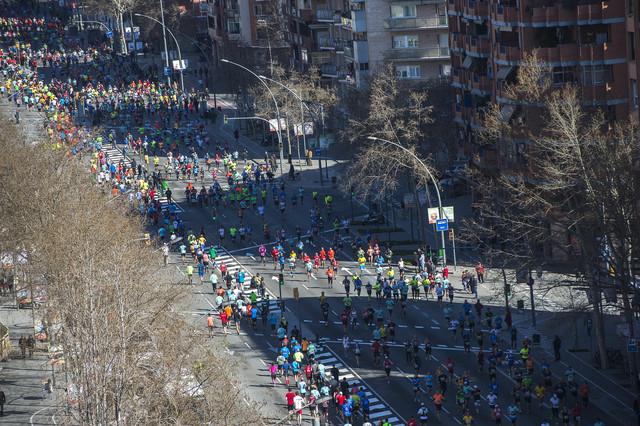 Els corredors, a la Meridiana, al km 18 de la marató de Barcelona.