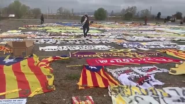 Material independentista retirado por los 'Timbalers del Bruc' y expuesto en El Prat.