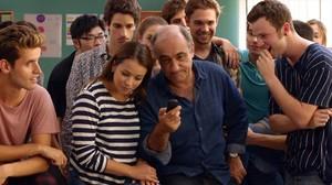 El actor FrancescOrella, junto a algunos de los intérpretes de'Merlí', en una imagen de la serie.