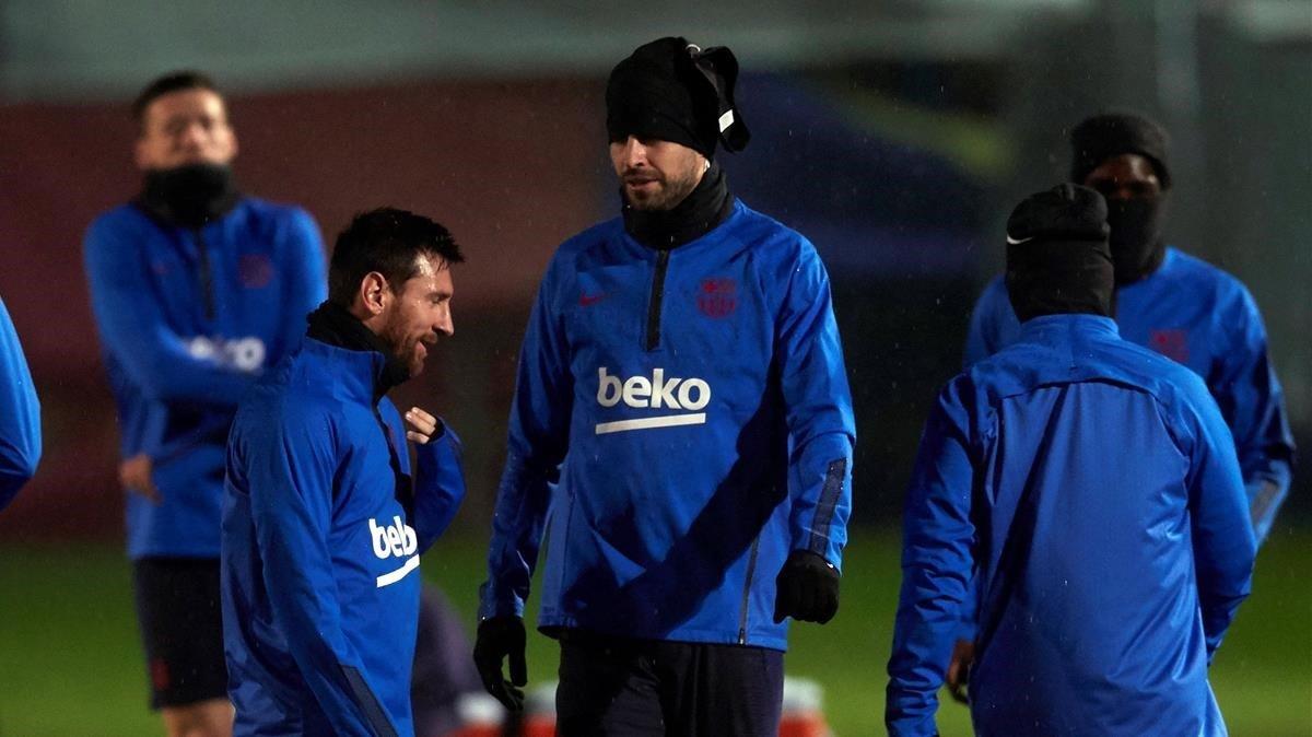Messi y Piqué, durante el desapacible entrenamiento en Sant Joan Despí previo al desplazamiento a Ibiza.