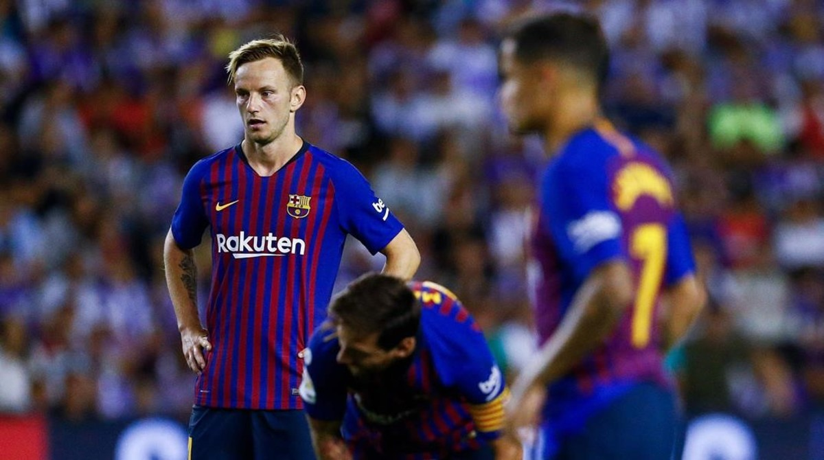 Messi se prepara para lanzar una falta ante Rakitic y Coutinho en Valladolid.