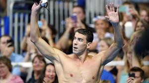 Michael Phelps saluda tras ganar los 200 mariposa.