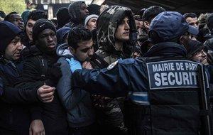 Momentos de tensión durante el desalojo demigrantes y refugiados en un campamento en París.