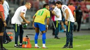 Neymar se queja de la lesión muscular que sufrió en la pierna izquierda en Singapur con Brasil.