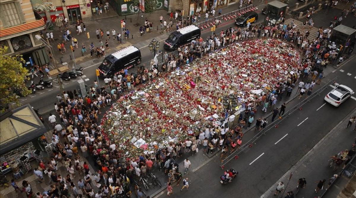 Ofrendas florales en la Rambla de Barcelona para honrar a las víctimas de los atentados yihadistas del pasado agosto.