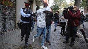 Uno de los detenidos en la operación policial contra los narcopisos en el Eixample, en la calle de Villarroel, 11.