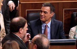 Oriol Junqueras y Pedro Sánchez se saludan en el Congreso.