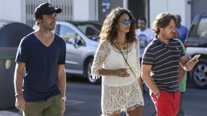 'Pablete' Nieto, a la izquierda, hijo de Ángel, abandona la clínica donde se encuentra su padre en Eivissa.