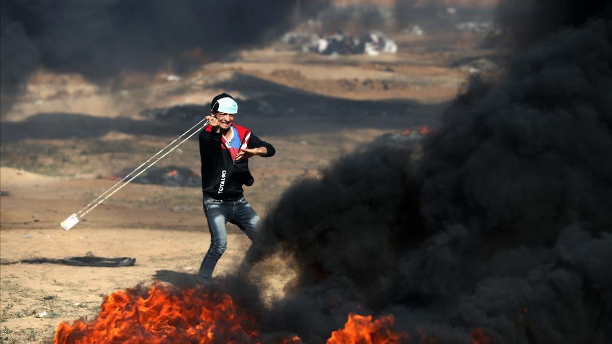 Un joven en las protestas en Gaza