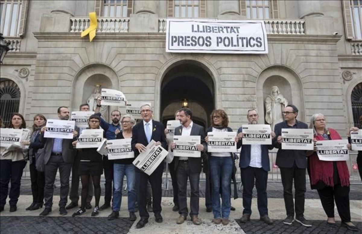 Pancarta 'Llibertat presos polítics' en la fachada del Ayuntamiento de Barcelona, el pasado noviembre.