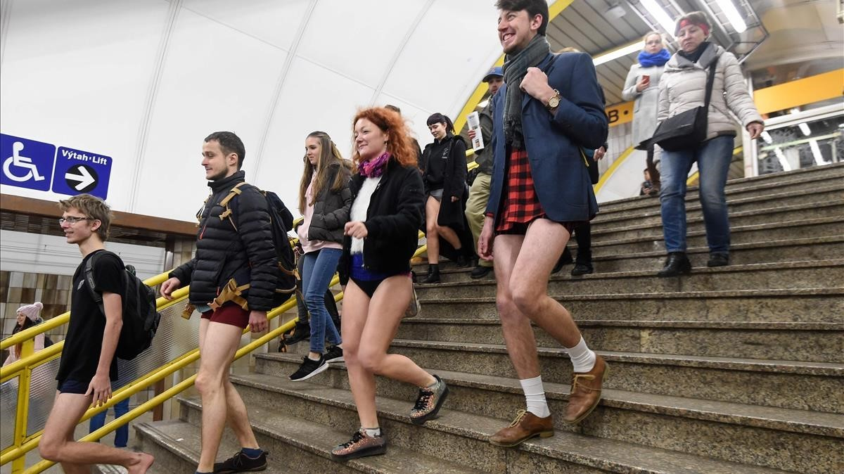Varias personas descienden al metro de Praga.