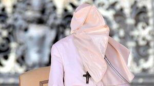 El Papa, con la cara tapada con el hábito a causa del fuerte viento que soplaba durante su intervención semanal ante los fieles en la plaza de San Pedro, en el Vaticano.