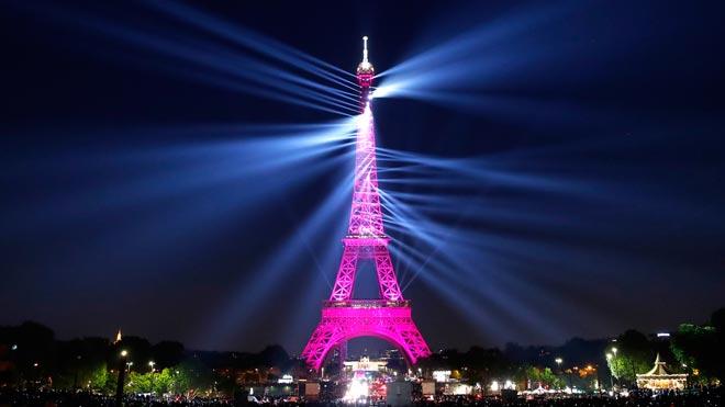París celebra los 130 años de la Torre Eiffel.