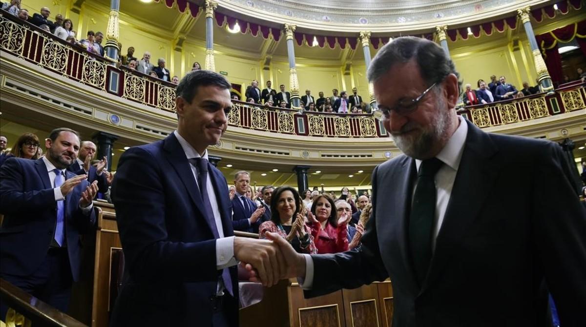 Pedro Sánchez saluda a Mariano Rajoy al final del pleno de la moción de censura, el pasado viernes.